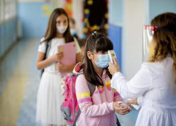 Suhu badan pelajar perlu diperiksa sebelum memasuki kawasan sekolah. – GAMBAR HIASAN