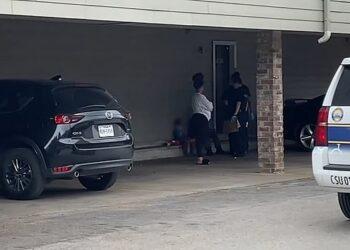GAMBAR yang disiarkan KTRK menunjukkan seorang budak lelaki dipercayai abang mangsa duduk di luar rumah di Houston. - AGENSI