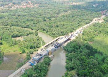 PEMBINAAN landasan HSR Jakarta-Bandung yang sedang berjalan .  – IHSAN KCIC