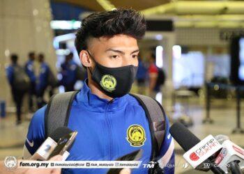 NIK AKIF SYAHIRAN NIK MAT bergenang air mata ketika ditemui pemberita di KLIA, Sepang untuk berlepas ke Ulaanbaatar, Mongolia bersama skuad kebangsaan, sebentar tadi.- IHSAN FAM
