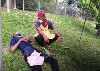 ROSLI Ismail berbaring  atas rumput kira-kira 30 minit kerana sesak nafas ketika memasak roti canai dan murtabak di bazar Ramada Kuala Berang di Hulu Terengganu hari ini.