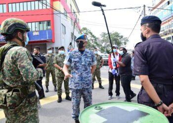Affendi Buang (tengah) memberi kata-kata semangat kepada anggota ATM dan PDRM di lokasi PKPD.