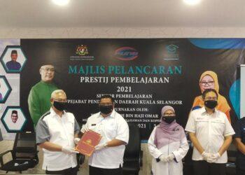NOH OMAR menyampaikan sijil pencapaian kepada guru terbaik dalam sekolah di Kuala Selangor yang melaksanakan Program Prestij Pembelajaran bagi sekolah dalam daerah berkenaan di PPD Kuala Selangor, Selangor hari ini.