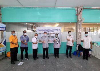 Tan Teik Cheng bersama pegawai dan petugas di Pusat Pemberian Vaksin Industri (PPVIN) Sektor Pengangkutan bagi Pelabuhan Pulau Pinang di Swettenham Pier Cruise Terminal, George Town.