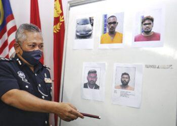 MOHD. Said Ibrahim (tengah) menunjukkan gambar seorang lelaki yang diburut dipercayai terlibat dalam kes samun di daerah ini ketika sidang akhbar di IPD Seremban, Seremban 2 hari ini. - UTUSAN/MOHD. SHAHJEHAN MAAMIN