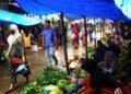 PENGUNJUNG membeli barang dapur di pasar tempatan di Lhokseumawe, Aceh. - AFP