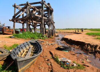 ORANG ramai berjalan di sepanjang dasar sungai yang kering akibat cuaca panas melampau di Lambare, Paraguay.-AFP