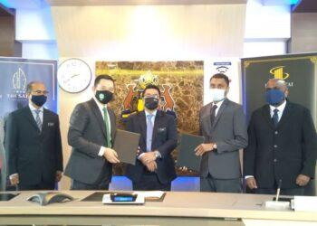 SULAIMAN Md. Ali (tengah) menyaksikan pertukaran dokumen perjanjian antara Justin Lim (dua dari kiri) dengan Ketua Pegawai Eksekutif Fanar Excellence Sdn. Bhd., Hazrat Jasni (dua dari kanan) di Seri Negeri, Ayer Keroh, Melaka. - UTUSAN/MUHAMMAD SHAHIZAM TAZALI
