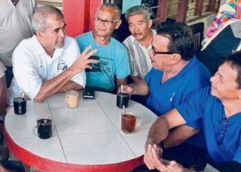 ELAK duduk secara rapat sambil minum di warung dan restoran. – GAMBAR HIASAN