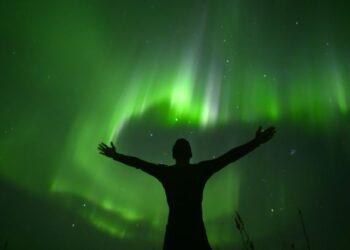 EDI SISWANTO memandang ke arah cahaya aurora di Pulau Lofoten, Norway.-AFP
