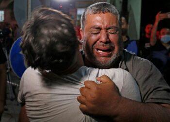 SEORANG rakyat Palestin tidak dapat menahan kesedihan selepas beberapa penduduk meninggal dunia serta mengalami kecederaan selepas diserang pengganas Israel di Hospital Gaza. -AFP
