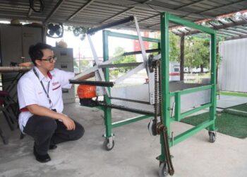 Mesin penuaian New Harvesting Machine for Agrivoltaic Herbal Crops Based on Reel-Wheel Rotating Mechanism.
