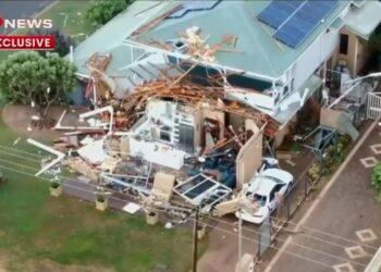 ANTARA kemusnahan yang berlaku ketika Taufan Seroja membadai barat Australia. - AGENSI
